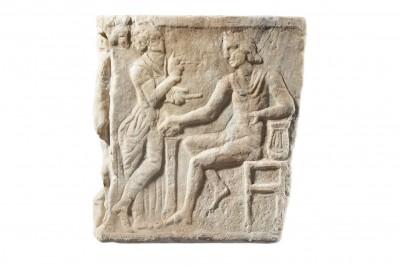 Statue einer Muse vor dem thronenden Apoll, Marsyas-Sarkophag, Querseite, 2. Jhd. n. Chr.