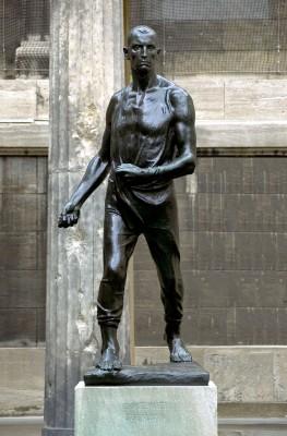 Held der Arbeit – und von ihr gezeichnet zugleich: Constantin Meunier, Der Sämann, 1896, Höhe 240 cm; Staatliche Museen zu Berlin, Alte Nationalgalerie, Kolonnadenhof