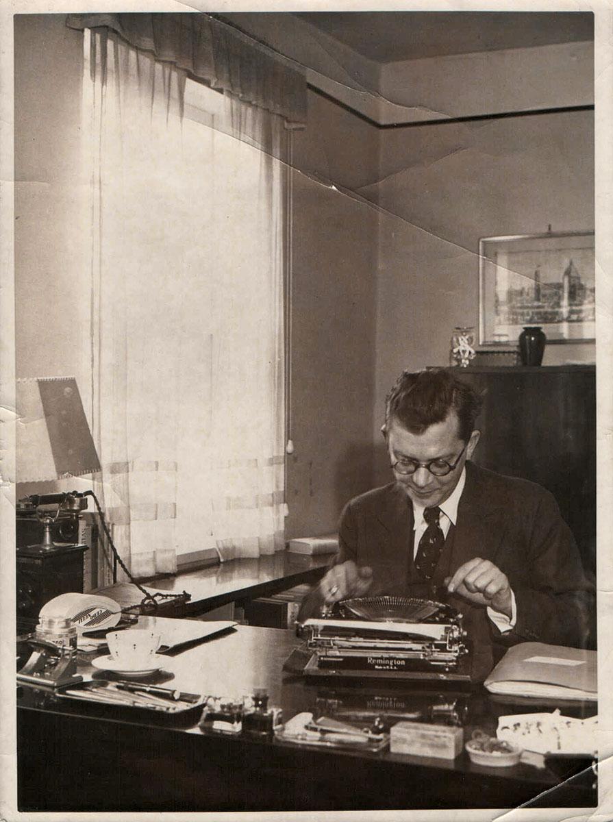 Der Schriftsteller Hans Fallada an seiner Schreibmaschine in Carwitz, 12.3.1934; Hans-Fallada-Archiv, Neubrandenburg