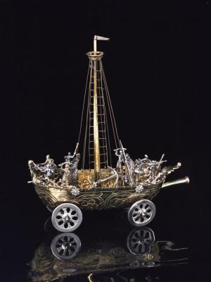 Hans Ludwig Kienlin d. Ä. (1591–1653), Trinkgefäß in Form eines Schiffes, Ulm, um 1650, Silber, teilweise vergoldet, 20,5 x 18 x 7 cm; Ulmer Museum, © Ulmer Museum / Foto: Karl-Friedrich Mühlensiep, Neu-Ulm