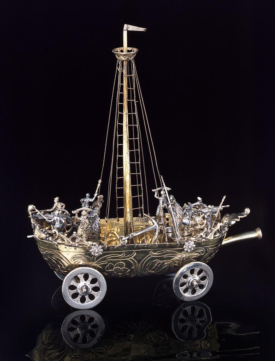 Hans Ludwig Kienlin d. Ä., Trinkgefäß in Form eines Schiffes, um 1650, Silber, teilweise vergoldet, 20,5×18×7 cm; Ulmer Museum © Ulmer Museum / Foto: Karl-Friedrich Mühlensiep, Neu-Ulm