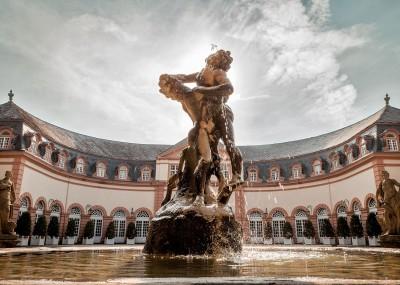 """Brunnenfigur """"Herakles und Antaios"""" vor der oberen Orangerie im Schlossgarten Weilburg © Fotostudio Yasmine Schüßler"""