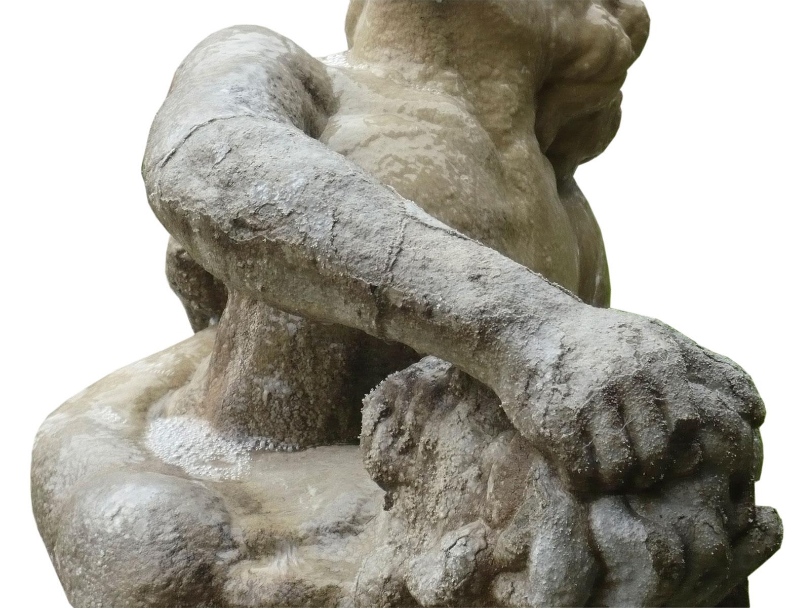 """Detail der Brunnenfigur """"Herakles und Antaios"""" mit starker Kalksinterkruste © VSG, 2010"""