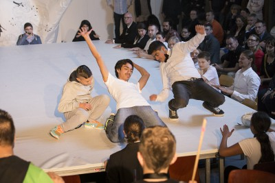 """Schüler und Schülerinnen bei einer Abschlusspräsentation Charles-Hallgarten-Schule, Frankfurt am Main, nominiert in der Kategorie """"Kulturelles Schulprofil"""""""