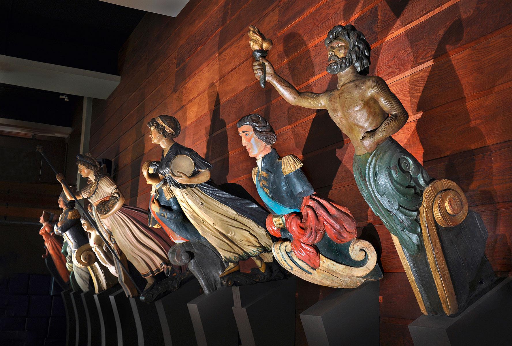 Blick in den Galionsfigurensaal im Altonaer Museum in Hamburg © SHMH / Foto: Ulrike Pfeiffer