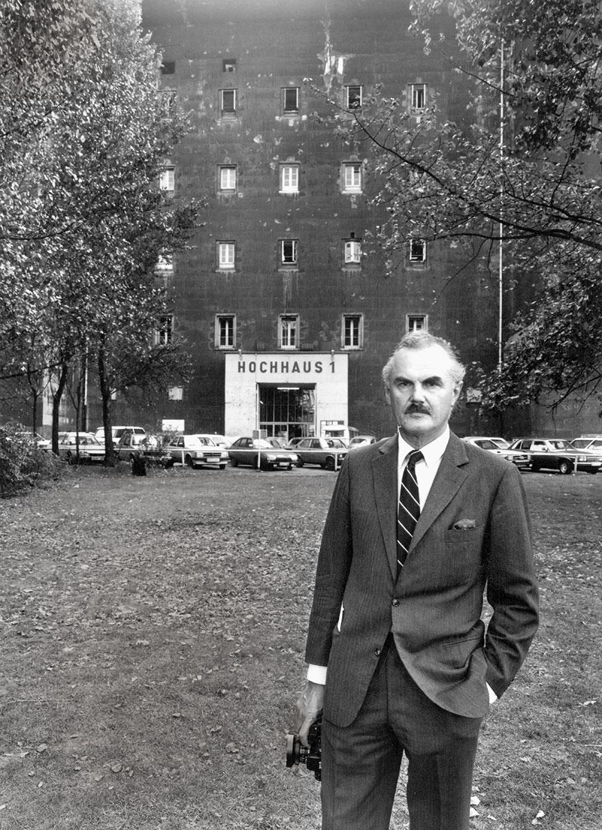 Uwe Düttmann, F.C. Gundlach vor dem Bunker, Hamburg ca. 1980 © Uwe Düttmann