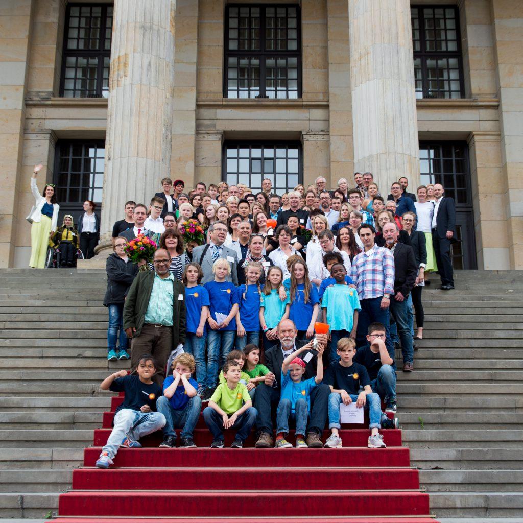 Kulturelle Bildung gewinnt: Alle ausgezeichneten Teilnehmer des Wettbewerbs gemeinsam auf der Freitreppe des Konzerthauses Berlin; Foto: Stefan Gloede
