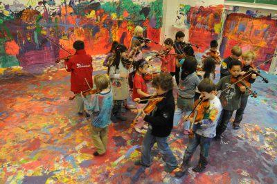 Schüler und Schülerinnen der Louise Schroeder Schule, Projekt FarbRäume mit der Ottenser Galerie der Zukunft; Foto: Louise Schroeder Schule, Hamburg