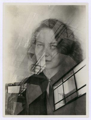 Judit Kárász, Porträt Otti Berger mit Bauhaus-Fassade, Doppelbelichtung, 1931-1932 © Bauhaus-Archiv Berlin