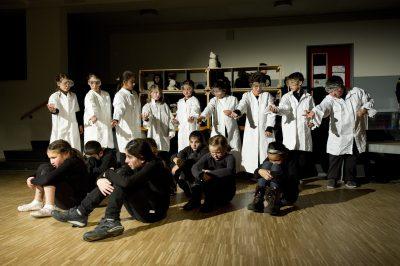 """Schüler und Schülerinnen der Louise Schroeder Schule führen das  Theaterstück """"Laika"""" auf; Foto: Louise Schroeder Schule, Hamburg"""