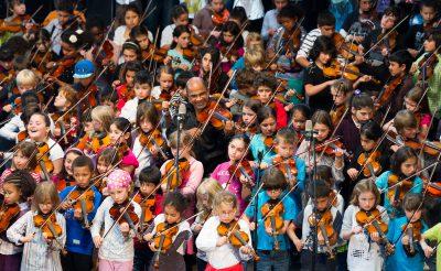 """Schüler und Schülerinnen der Louise Schroeder Schule beim """"Tag der Musik"""" in der Fischauktionshalle Hamburg; Foto: Louise Schroeder Schule"""