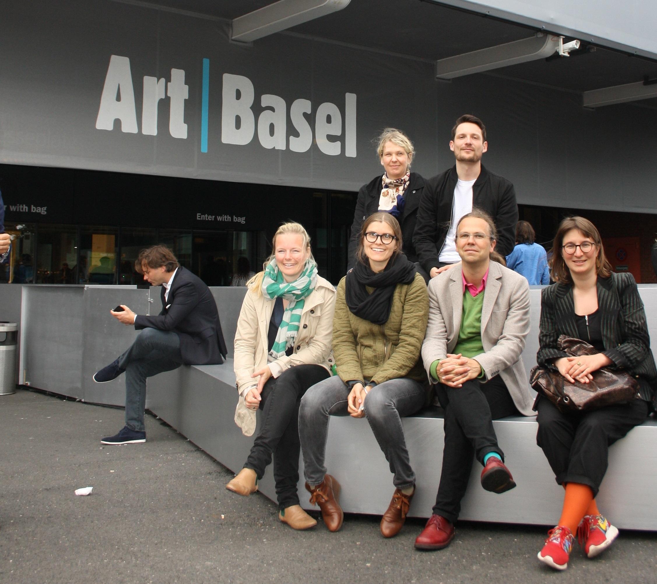 Die Stipendiaten und Dr. Tobias Burg vom Museum Folkwang, Essen vor dem Eingang der Art Basel