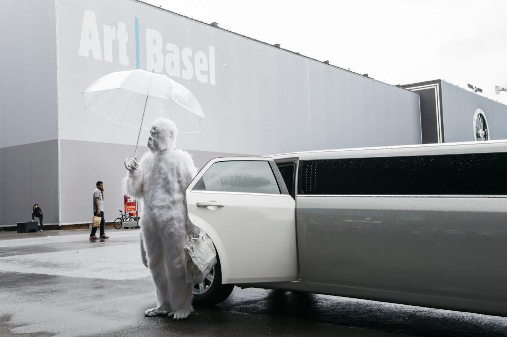 Performance von Pope.L bei der Art Basel 2016 © Art Basel 2016 / Mitchell-Innes & Nash