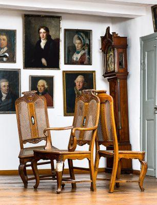 Restaurierungsbedürftige Stühle und die beschädigte Standuhr aus dem Salon der Frau von Branconi, um 1770; Gleimhaus Halberstadt © Gleimhaus Halberstadt / Foto: Ulrich Schrader
