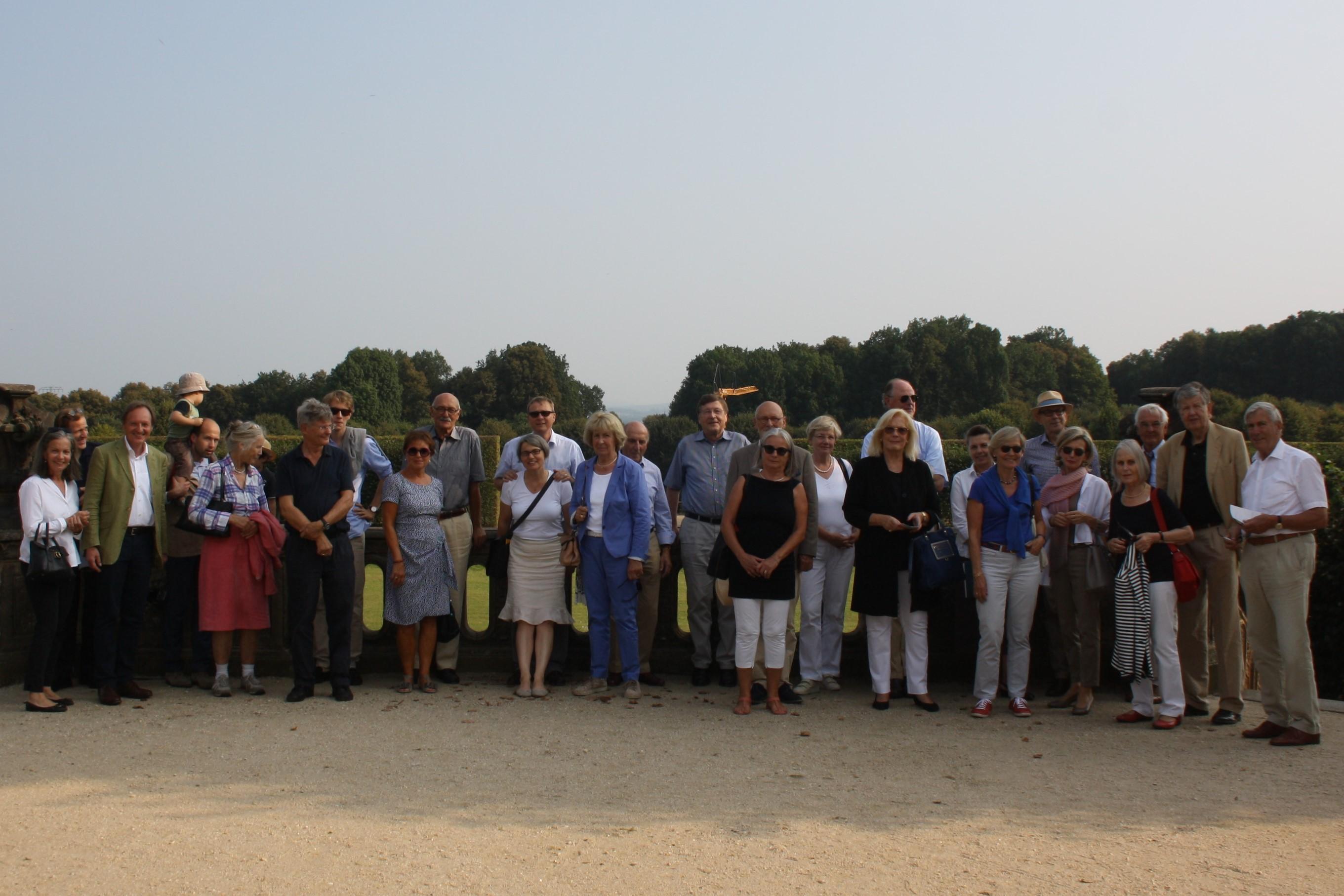 Die Reisegruppe im Garten von Großsedlitz