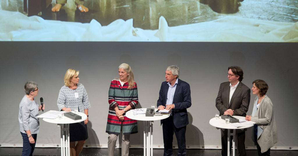 Die Teilnehmer der Podiumsdiskussion (v.l.n.r.): Claudia Henne, Dr. Catrin Hannken, Isabel Pfeiffer-Poensgen, Jürgen Walter, Frank Albers und Teresa Darian.