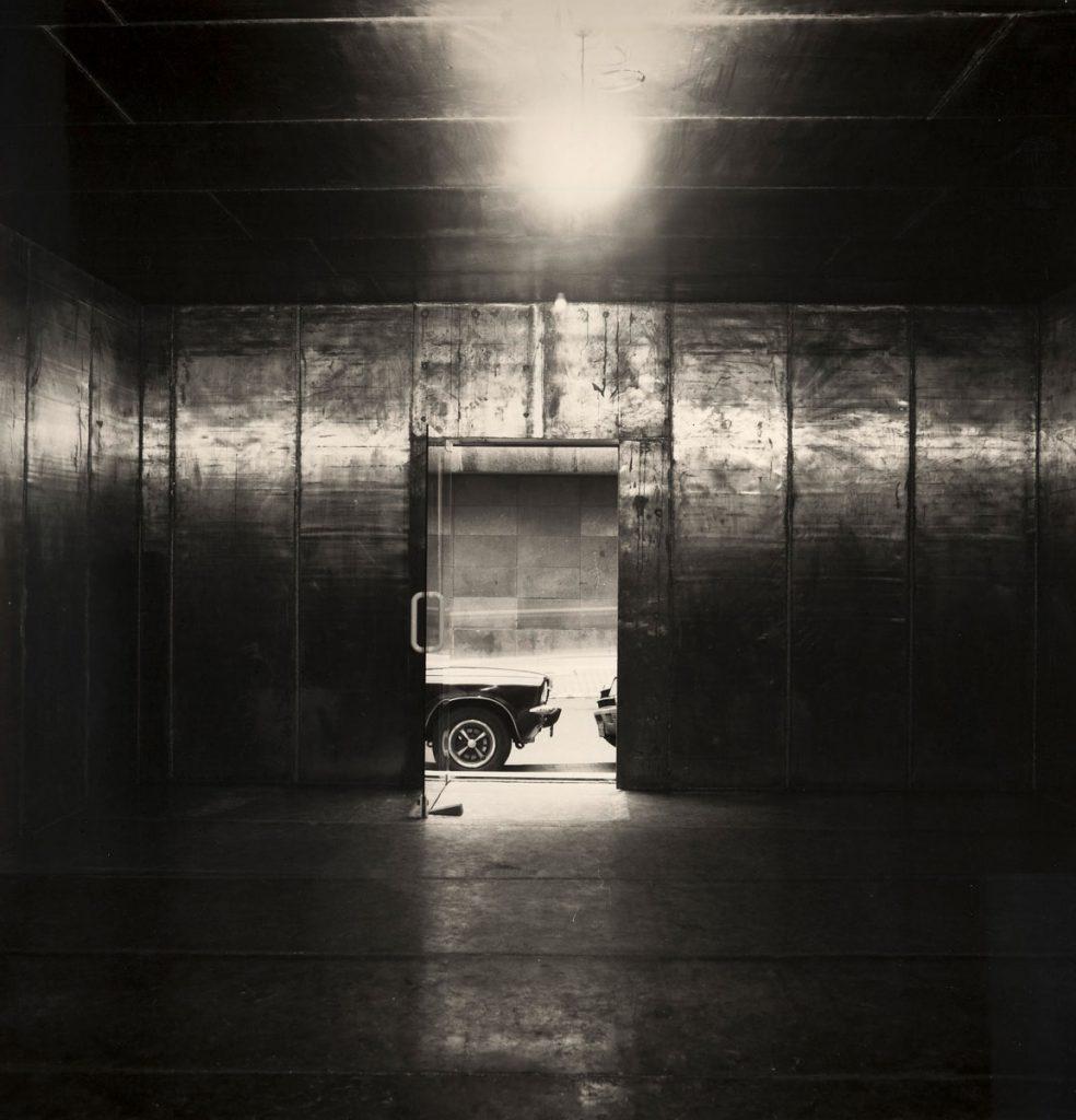 """Installationsansicht von Joseph Beuys' """"Schmerzraum"""" in der Düsseldorfer Mutter-Ey-Straße 5, Dezember 1983. Bereits im Frühjahr 1983 hatte Beuys die neuen Galerieräume von Dorothee und Konrad Fischer mit """"Dumme Kiste"""" eröffnet; © Dorothee Fischer / VG Bild-Kunst, Bonn 2016"""