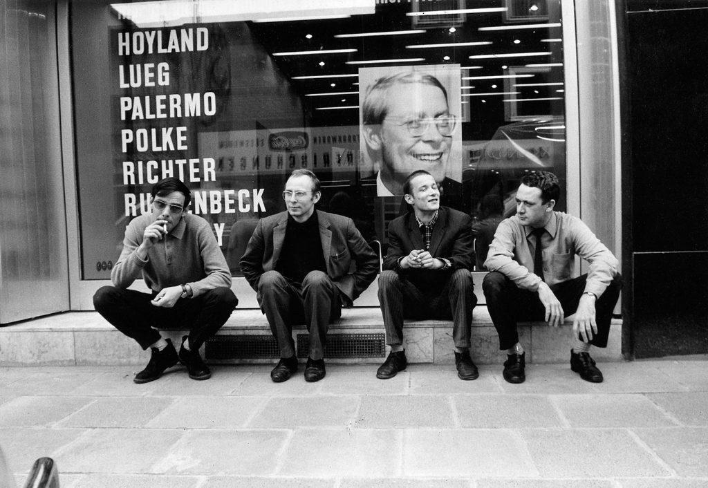 Konrad Lueg, Sigmar Polke, Blinky Palermo und Gerhard Richter vor der Galerie Heiner Friedrich in Köln, 1967; © Konrad Fischer Galerie