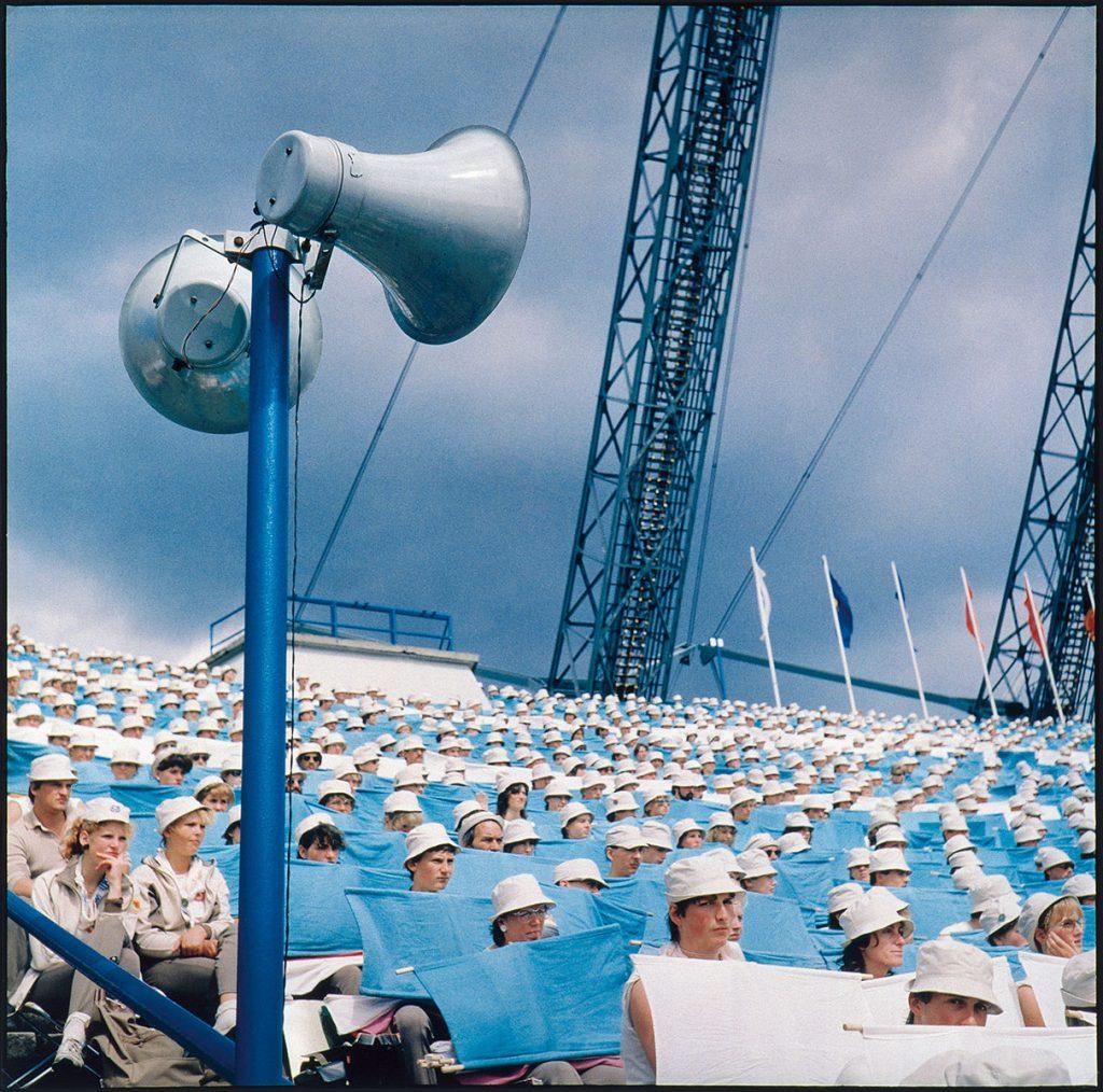 Jens Rötzsch, Leipzig, August 1987 II (VIII. Turn- und Sportfest der DDR), 1987, 39×39,4 cm; Brandenburgisches Landesmuseum für moderne Kunst Dieselkraftwerk, © beim Künstler