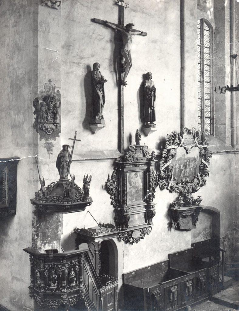 Historische Aufnahme der Chorwand in der Zittauer Franziskanerkirche mit den Epitaphien für Georg Schnitter aus dem Jahr 1662, Mitte, sowie für Johann Christian Meyer (1653 –1709) und eine Frau aus den Jahren 1690/1709, Mitte rechts; © Städtische Museen Zittau