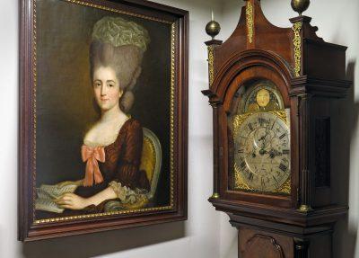 Die inzwischen restaurierte Standuhr neben einem Porträt der Maria Antonia von Branconi, um 1780, von einem unbekannten Künstler in Gleims Freundschaftstempel; © Foto: Gleimhaus