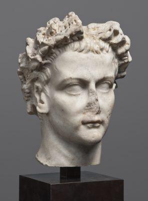 Porträtkopf des römischen Kaisers Caligula, reg. 37-41 n. Chr., Marmor, H 36 cm; © Staatliche Antikensammlungen und Glyptothek München / Foto: Renate Kühling