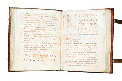 Überschrift und Anfang des Evangeliums nach Markus, S. 112 und S. 113 des Liesborner Evangeliars; Museum Abtei Liesborn; © Richard P. Goodbody Inc.
