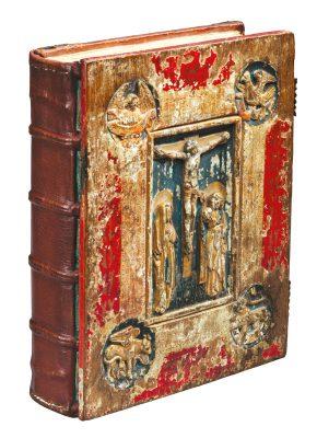 Vorderer Einband des Liesborner Evangeliars, Holzrelief mit Kreuzigungsdarstellung und den Symbolen der vier Evangelisten; © Richard P. Goodbody Inc.