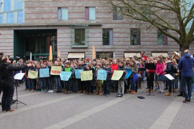 "Hauptpreisgewinner in der Kategorie ""Kulturelle Schulprofile"": Gymnasium Paulinum, Münster mit dem Motto: ""It's the structure, stupid! – Kulturelle Bildung an der Internationalen Schule"": Flashmob zum Thema"
