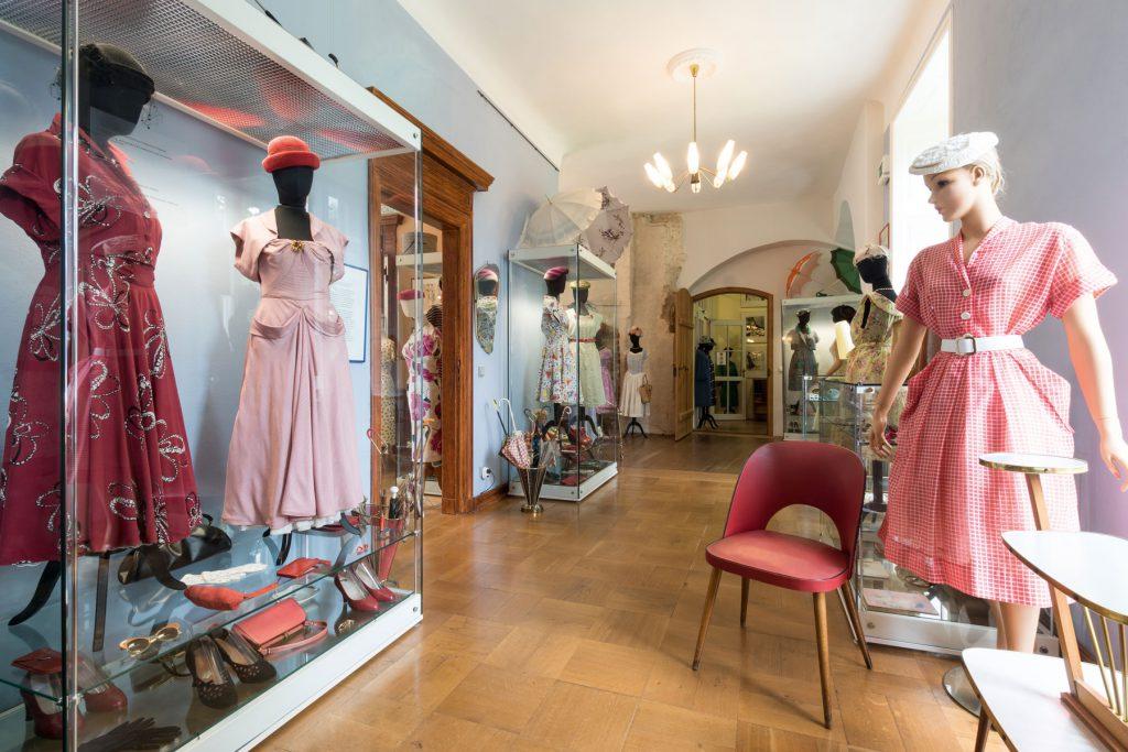 Im Modemuseum Schloss Meyenburg: Kleider aus den 1950er-Jahren; © Modemuseum Schloss Meyenburg e.V. / Foto: Ulrich Lange, Dessau, vierzig-a.de