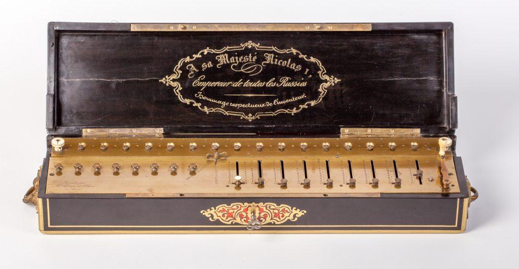 Thomas-Arithmomètre für Zar Nicolas I. mit Inschrift, 1851, 60 x 16 x 9,5 cm; © Arithmeum, Rheinische Friedrich-Wilhelms-Universität Bonn