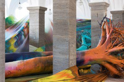 Katharina Grosse, Sieben Stunden, Acht Stimmen, Drei Bäume, 2015, 330×1400×2400 cm; Museum Wiesbaden; © VG Bild-Kunst, Bonn 2017 / Foto: Bernd Fickert