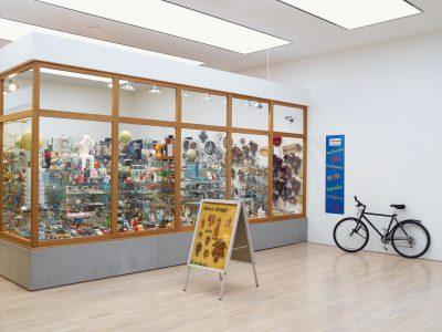 Hans-Peter Feldmann, Laden, 1975–2015; Städtische Galerie im Lenbachhaus und Kunstbau München; © VG Bild-Kunst, Bonn 2017 / Foto: Städtische Galerie im Lenbachhaus und Kunstbau München