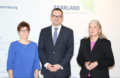 von links nach rechts: Vorsitzende des Stiftungsrates Ministerpräsidentin Annegret Kramp-Karrenbauer, Generalsekretär Prof. Dr. Markus Hilgert, Ministerin für Kultur und Wissenschaft Isabel Pfeiffer-Poensgen