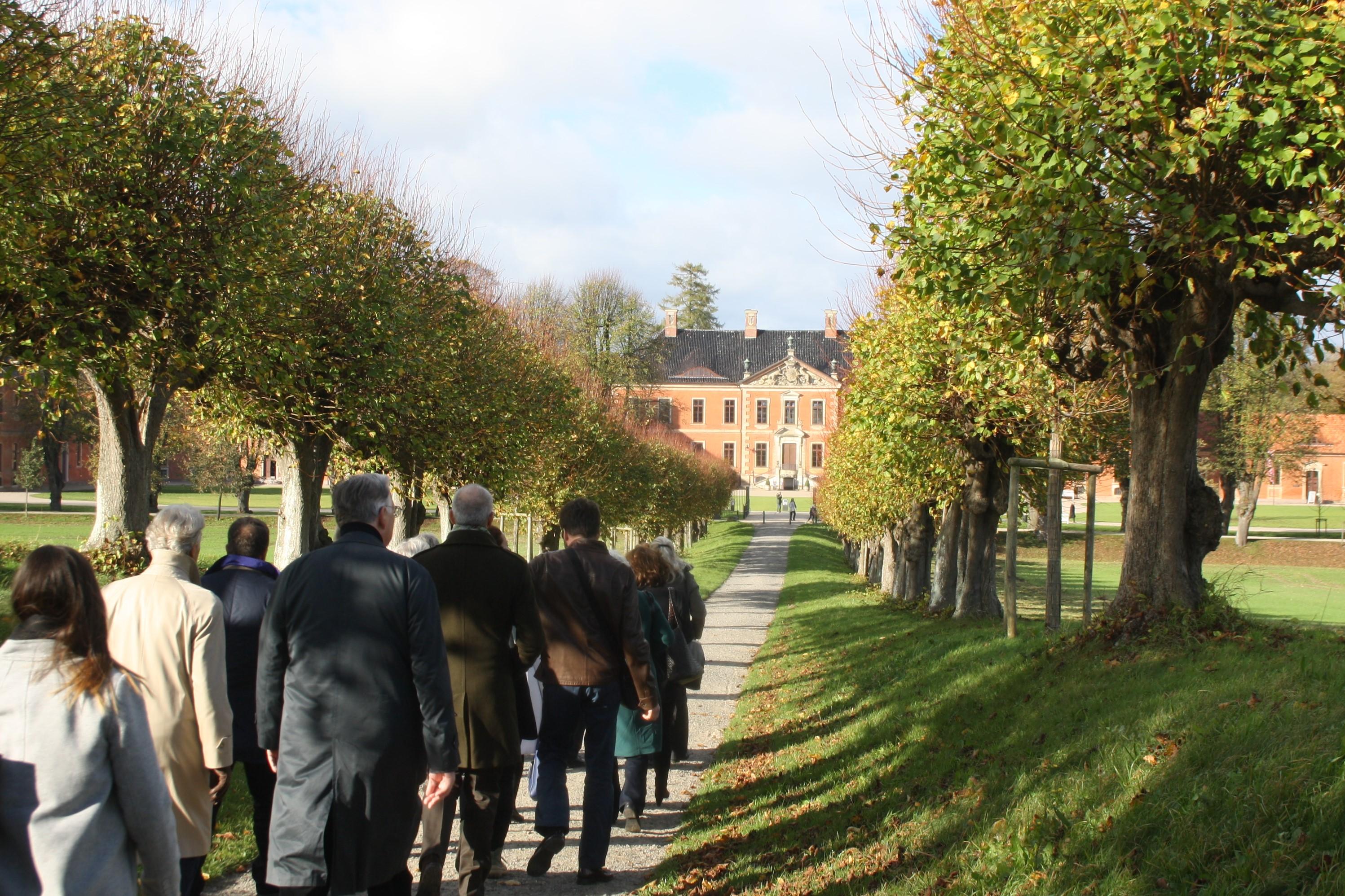 Gemeinsamer Spaziergang zu Schloss Bothmer in der mecklenburgischen Kleinstadt Klütz