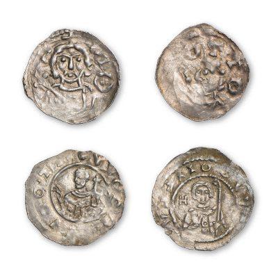 """o. l.: Regensburg, Bischof Otto von Riedenburg (1061–1089), zuvor unbekannt, Silber, Vorderseite: Brustbild des Bischofs mit Schärpe und Kreuzstab; o. r.: Regensburg, Bischof Otto von Riedenburg (1061–1089), Silber, Vorderseite: Bischofsbüste mit Stab nach links, darüber groß """"OTTO""""; u. l.: Regensburg, Bischof Hartwig I. (1105– 1126), Silber, Vorderseite: Brustbild eines tonsurierten Geistlichen mit Pallium und Kirchenmodell (Hl. Wolfgang?), die rechte Hand erhoben; u. r.: Regensburg, Bischof Hartwig I. (1105– 1126), Silber, Vorderseite: Brustbild des Bischofs mit Tonsur, Stab und erhobener Hand; Alle Münzen: Fund Obing, Staatliche Münzsammlung München; © Staatliche Münzsammlung München"""