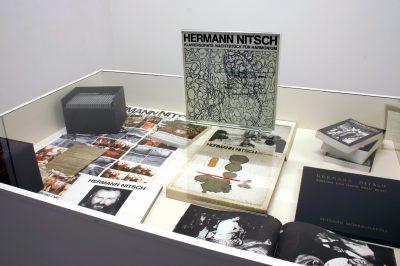 Arbeiten von Hermann Nitsch, Ausstellungsansicht; Zentrum für Künstlerpublikationen Weserburg | Museum für moderne Kunst, Bremen; © Zentrum für Künstlerpublikationen, Bremen / Foto: Bettina Brach