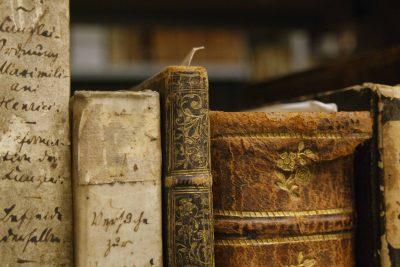Historische Bücher in der Dombibliothek Hildesheim; © Dombibliothek Hildesheim / Foto: Jasmin Leckelt