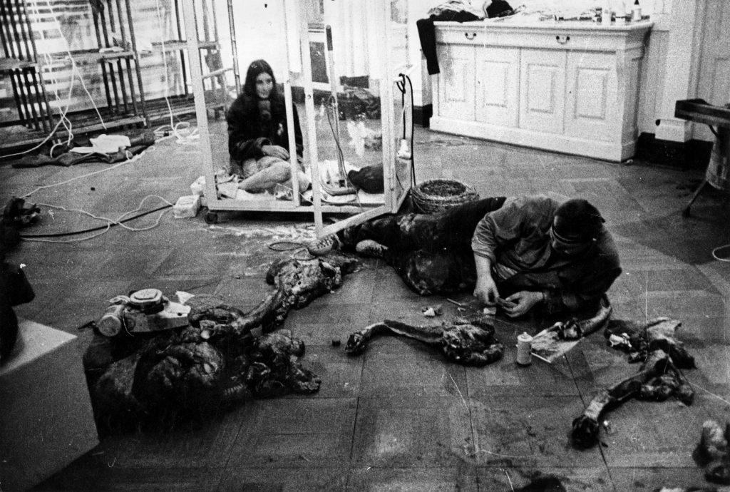 """Wolf Vostells Aktion """"Die Folgen der Notstandsgesetze"""" im Rahmen des 24-Stunden-Happenings, 5.6.1965; Galerie Parnass in Wuppertal; © VG Bild-Kunst, Bonn 2018 / Fotos: Ute Klophaus"""