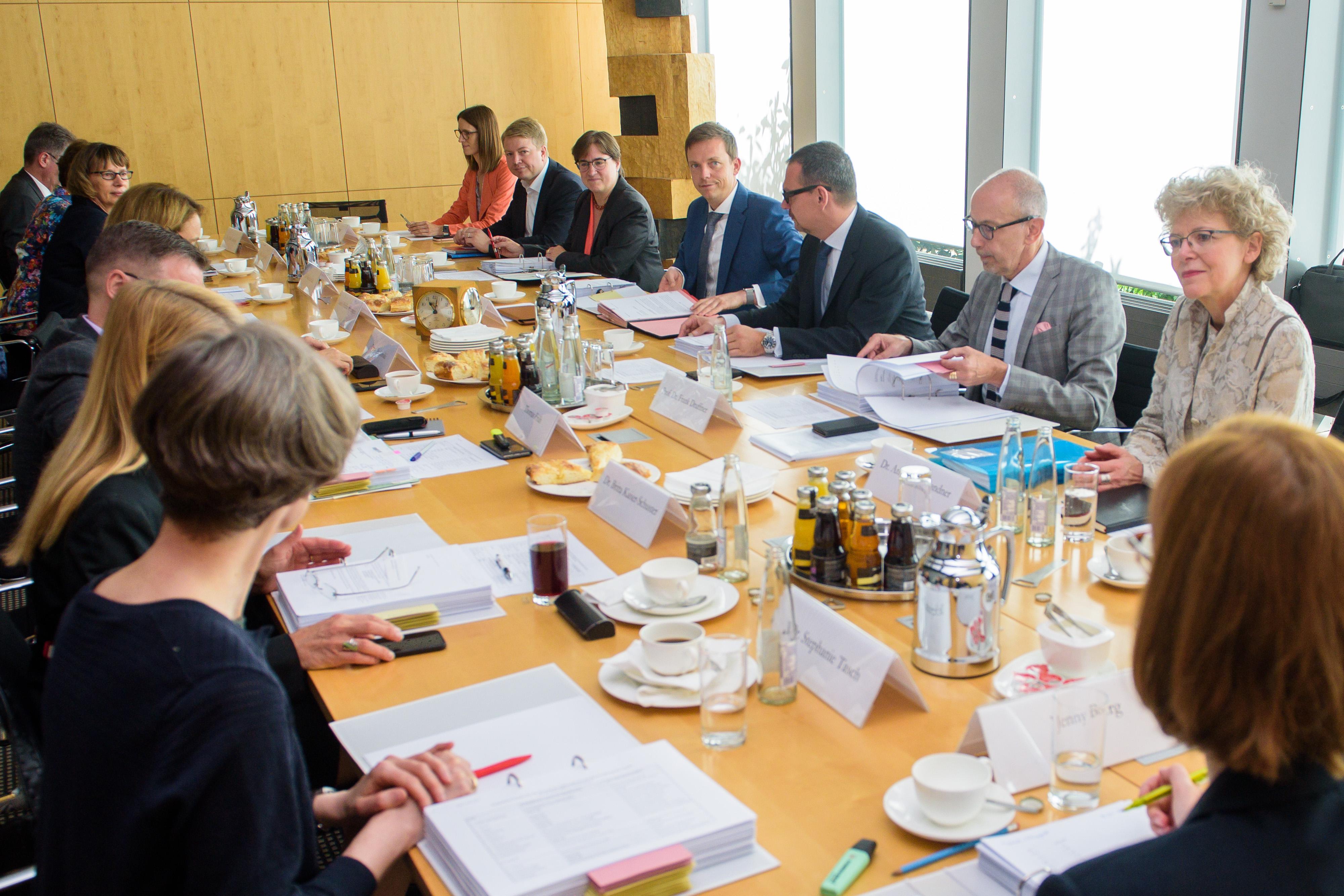 Der saarländische Ministerpräsidenten Tobias Hans (CDU) empfängt den Stiftungsrat der Kulturstiftung der Länder am 28.06.2018 in der saarländischen Staatskanzlei in Saarbrücken.