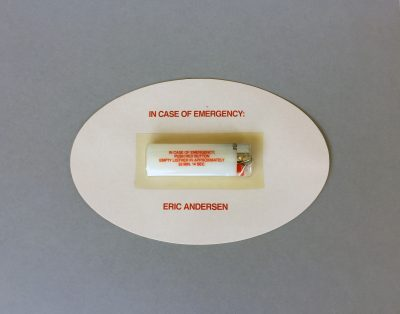 Erik Andersen, In Case of Emergency, 1980/1991, 20,3 × 13,2 cm, dazu Karte mit gedrucktem Text: I regret having mailed the item. Rückseite: Mitteilung und Grüße von Eric an Erik; Sammlung / Archiv Andersch; © Foto: Bernd Trasberger