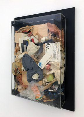 Arman, Poubelle, 1964, 60 × 40 × 11 cm auf 72 × 52 cm; Sammlung / Archiv Andersch; © Foto: Bernd Trasberger