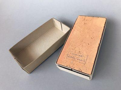 Robert Filliou, Sans Objet / Without Object, 1984, 26,8 × 13,2 × 7 cm, VICE-Versand, Remscheid, hier: Nr. 8/30; Sammlung / Archiv Andersch; © Foto: Bernd Trasberger