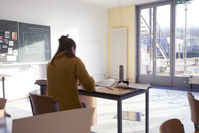 Max – Artists in Residence an Grundschulen, Stiftung Brandenburger Tor, Berlin: Atelier Rose-Oehmichen-Schule, die Künstlerin in ihrem Atelier; © Stiftung Brandenburger Tor / Foto: Nick Ash