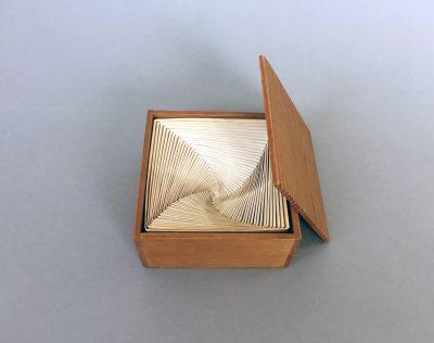 Mieko Shiomi, Endless Box, 1964, 15,4 × 15,2 × 8 cm, mit 34 weißen Papierschachteln und einem Seidentuch, auf dem Tuch bez.: Endless box C. Shiomi 1964. Hergest. v. M. S.; Sammlung / Archiv Andersch; © Foto: Bernd Trasberger