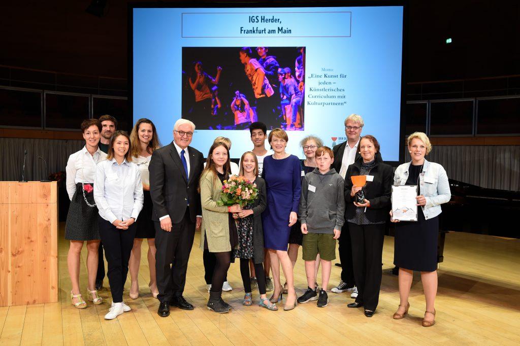Vertreter der IGS Herder aus Frankfurt am Main, Gewinner des Zukunftspreises für Kulturbildung – DER OLYMP, mit Bundespräsident Frank-Walter Steinmeier und Elke Büdenbender