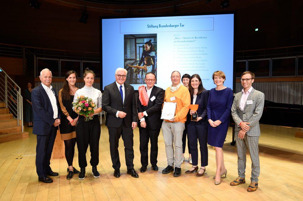 Vertreter der Stiftung Brandenburger Tor, Gewinner des Zukunftspreises für Kulturbildung – DER OLYMP, mit Bundespräsident Frank-Walter Steinmeier und Elke Büdenbender