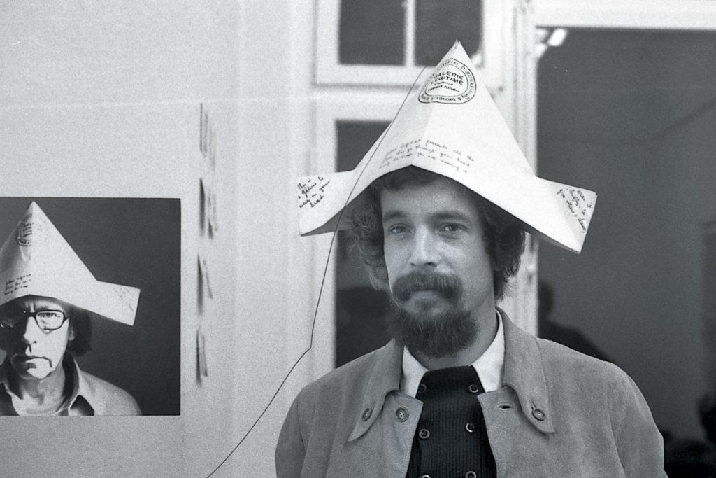 Erik Andersch bei der Eröffnung der Ausstellung von Robert Filliou, Galerie Magers, Bonn 1972; © Erik Andersch / Foto: Dorothee Andersch