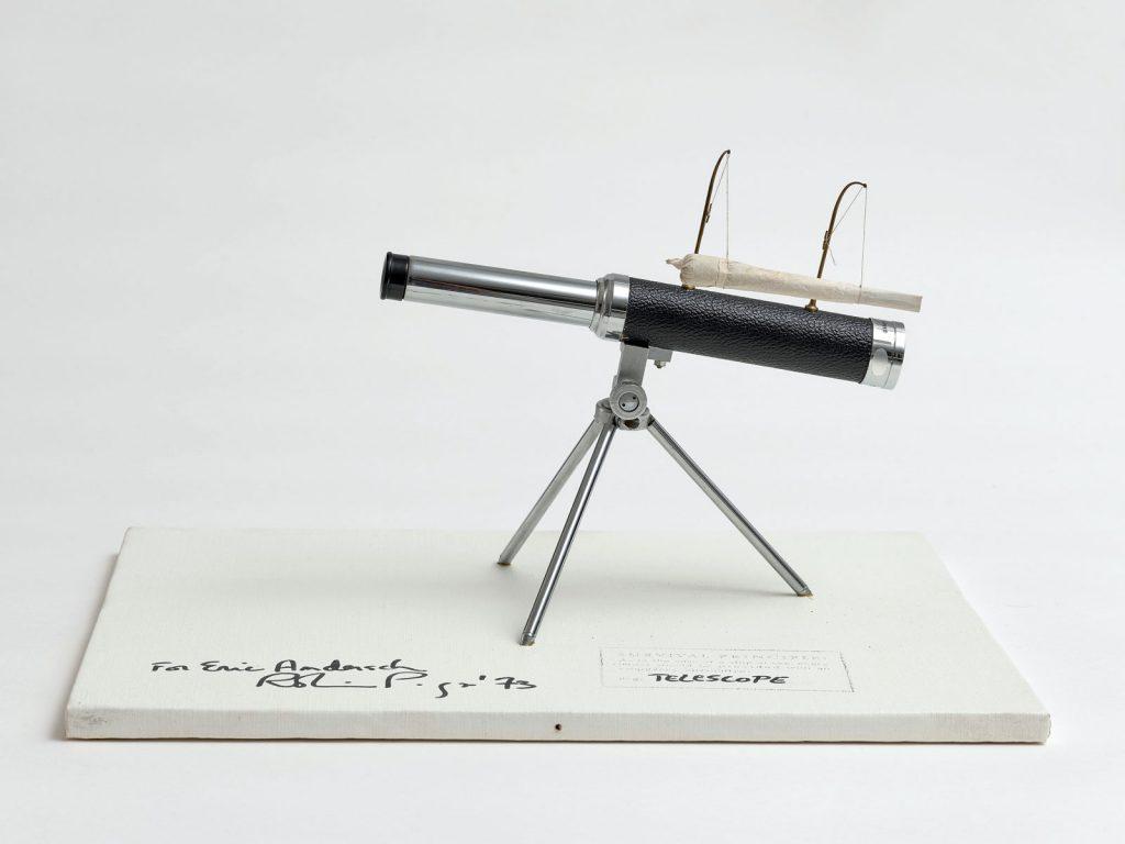 Robin Page, Survival Telescope, 1973, 36 × 46 × 32,5 cm, Holz, Leinwand, Teleskop und Joint; © Robin Page / Foto: Achim Kulkulies / Museum Abteiberg, Mönchengladbach