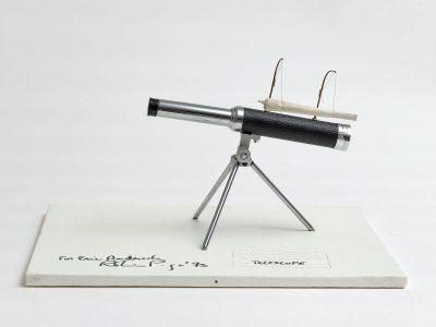 Robin Page, Survival Telescope, 1973, 36 × 46 × 32,5 cm, Holz, Leinwand, Teleskop und Joint © Robin Page / Foto: Achim Kulkulies / Museum Abteiberg, Mönchengladbach